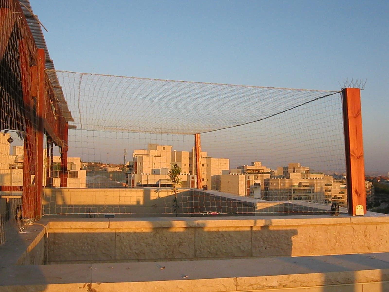 רשת חופה במרפסת שמש
