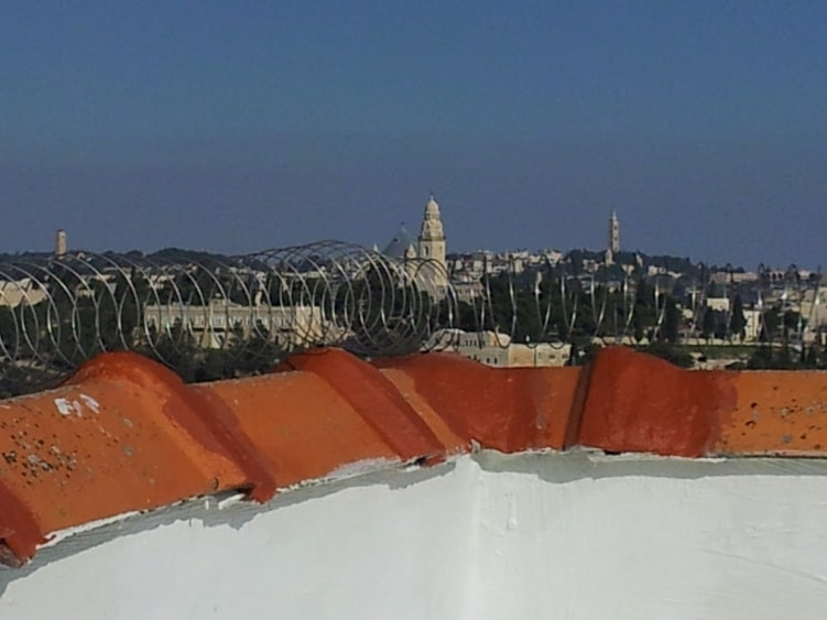 קפיץ מקפיץ על גג מול העיר העתיקה